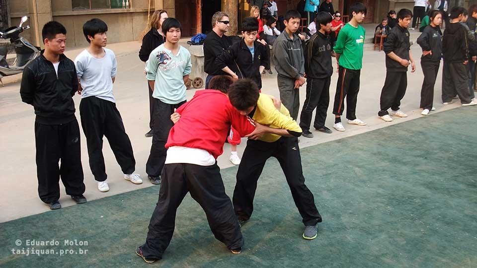 Tuishou no pátio da escola de Tai Chi Chuan, em Chenjiagou