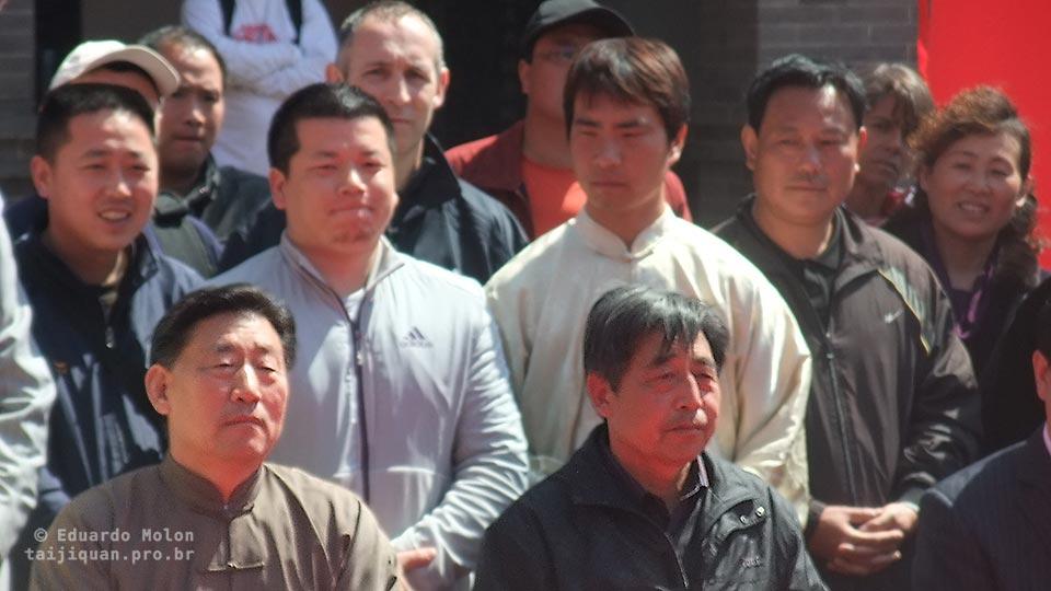 Chen Xiaowang e Chen Xiaoxing durante cerimônia em Chenjiagou