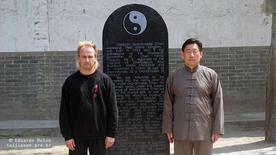 Lápide de homenagem da WCTAG, em Chenjiagou