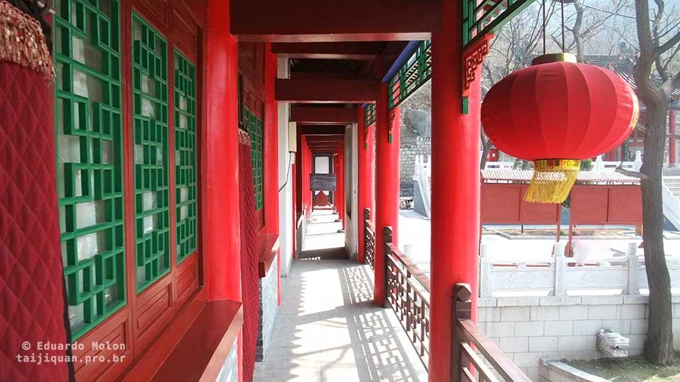 Corredor para salas do templo, em Huashan