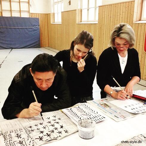 Chen Xiaowang ensinando caligrafia